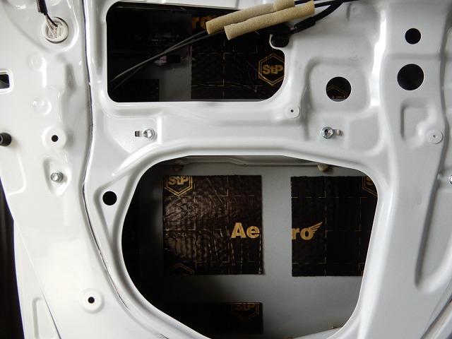 トヨタ・アルファードにフルデッドニング施工 フロントドア制振材の画像