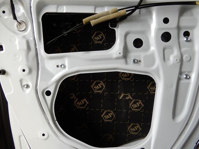 トヨタ・アルファードにフルデッドニング施工 フロントドア貼り付けの画像