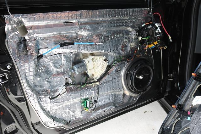 メルセデスベンツE250にフロントドアデッドニング施工 デッドニング材貼り付け画像