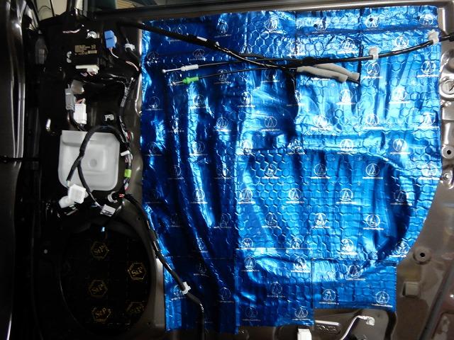 トヨタのアルファードへデッドニング施工 制振材貼り付け画像