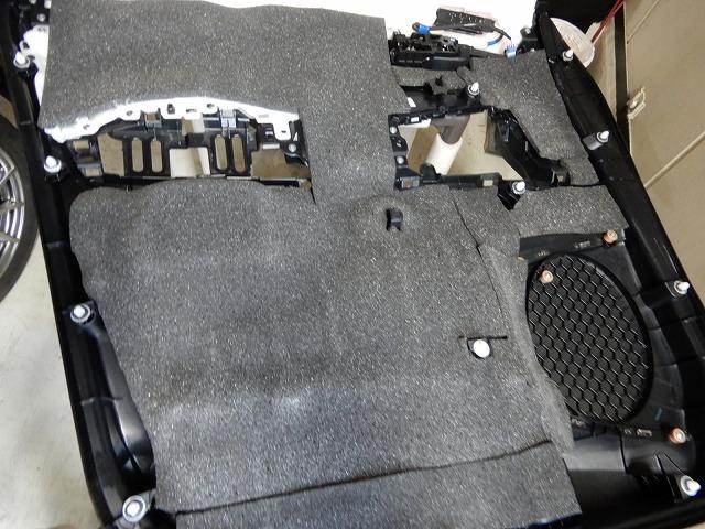 トヨタのアルファードへデッドニング施工 吸音・遮音材貼り付け画像