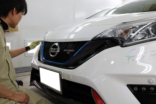 千葉県柏市からお越しの日産ノートnismoのグリルにカーボンラッピングを施工しました。