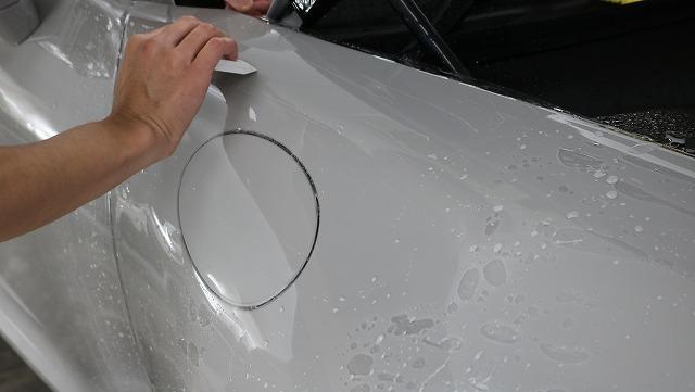ポルシェ992カレラにプロテクションフィルム施工 水抜き画像