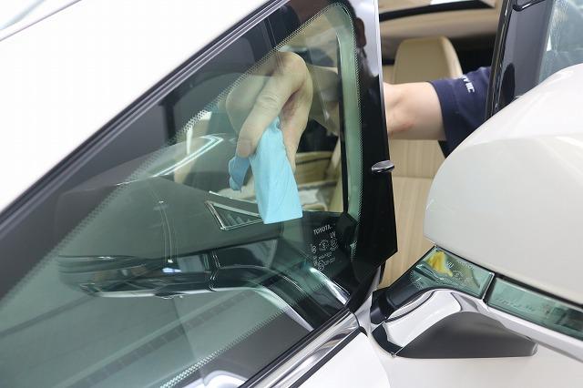 トヨタ・アルファードにLFT断熱フィルムを施工 三角窓施工中の画像