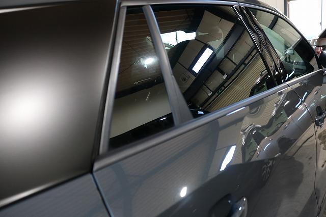アウディQ2、カーラッピングとカーフィルムを施工後 リアサイドガラス画像