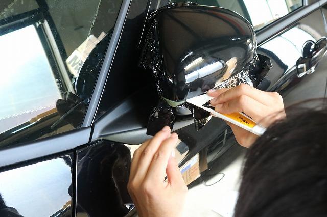 ホンダ・フィットへカーラッピングを施工 カッティング画像