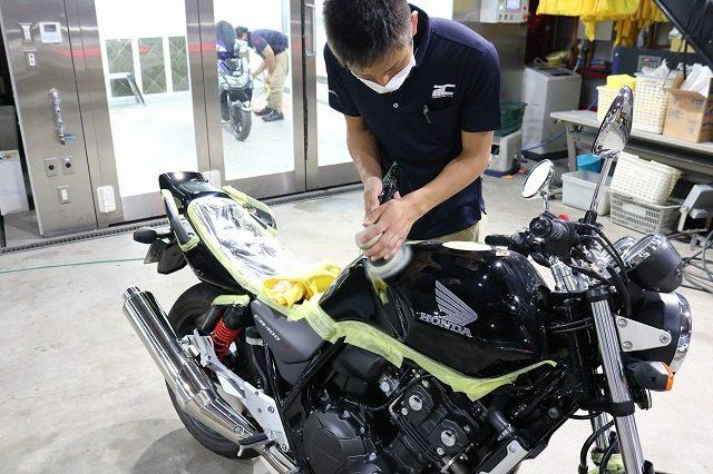 東京都よりM様が新車ホンダCB400でご来店されました。バイクコーティングの定番CR-1のプレミアムフルコースでのご案内です。