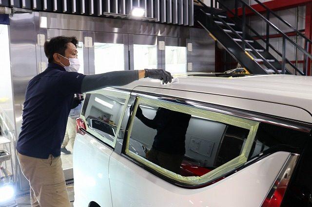 新車 トヨタアルファードに疎水性セラミックコーティング(ceramicpro9H)の施工中です。千葉県よりT様ありがとうございます。