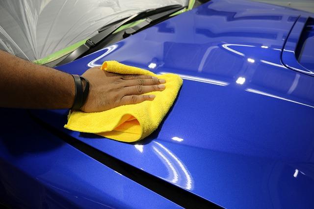 スバルWRX STIにカーコーティング施工 拭き取り画像