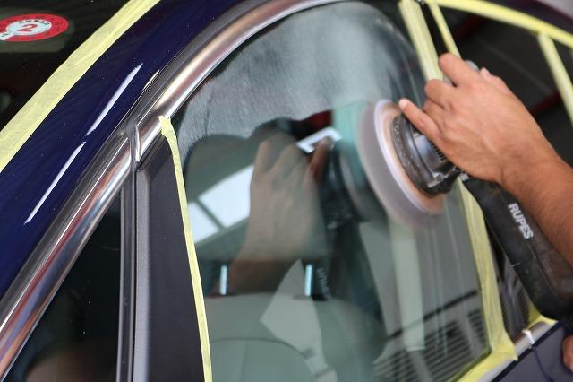 BMW 218dにパーツコーティング施工 ウィンドウコート 研磨画像