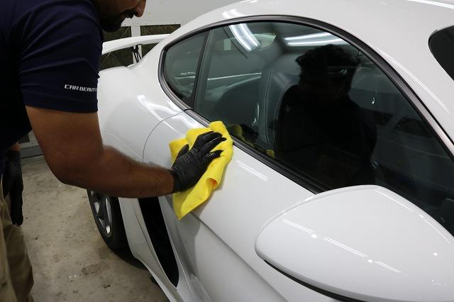 新車ポルシェ718ケイマンGT4にファインラボヒールプラス施工 拭き取り画像