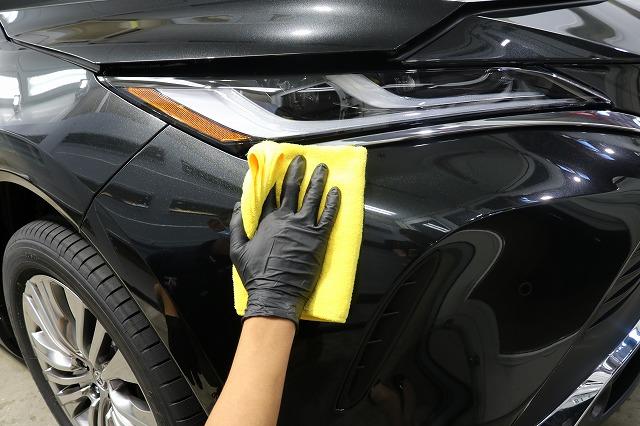 トヨタハリアーにカーコーティング施工 拭き取り画像