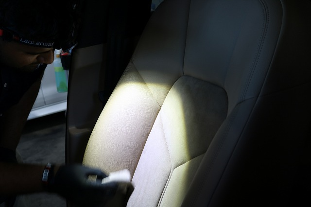 新車ポルシェマカンにレザーシートコーティング施工 コーティング塗布画像