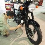 東京都より起こしのカワサキW800にバイクコーティングを施工しました。