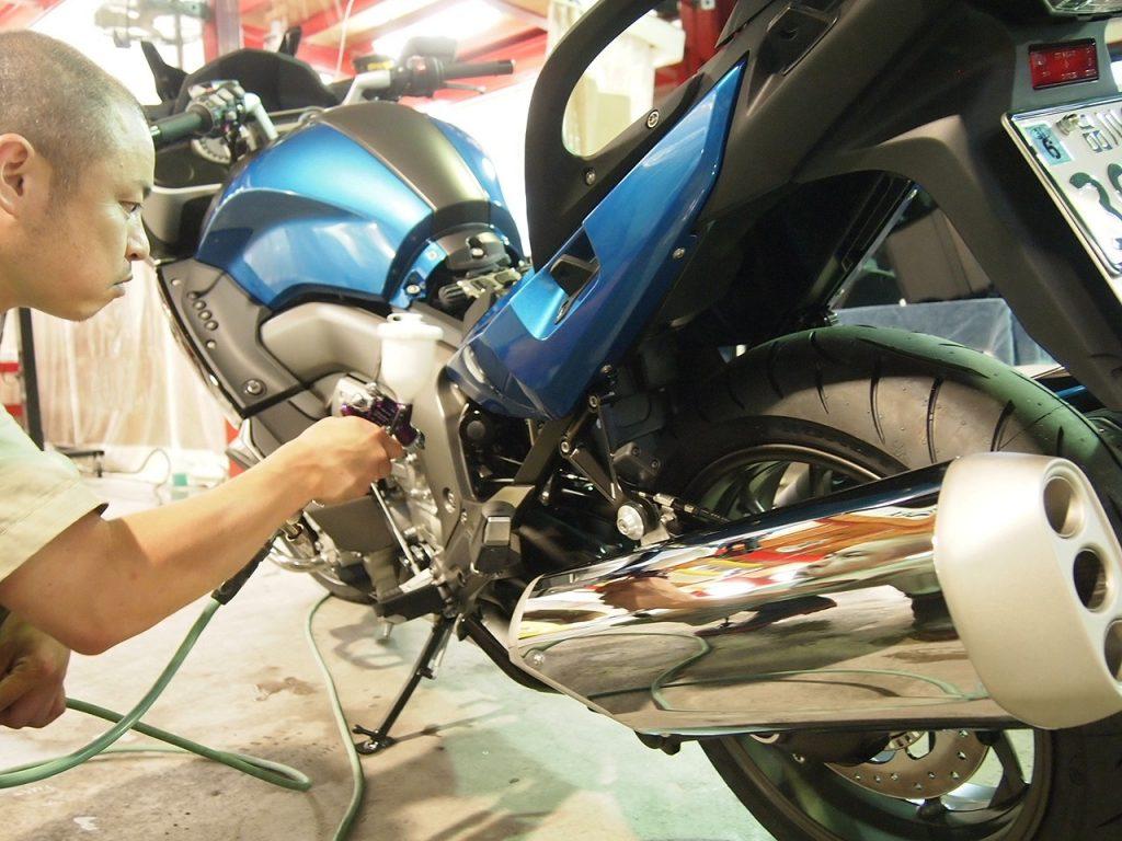 東京都よりお越しのR1200オートバイにセラミック×CR1コーティングしました。